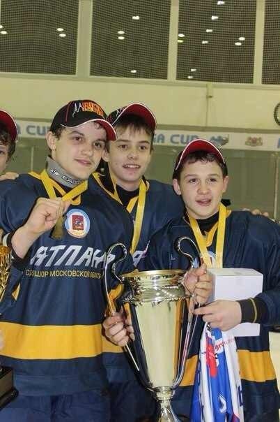 Еще недавно были победы в детском хоккее, но теперь перед Игорем совсем другие вызовы (Гераськин - крайний справа)